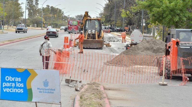 Repavimentan la avenida Vélez Sarsfield en el cruce con Cruz Roja Argentina